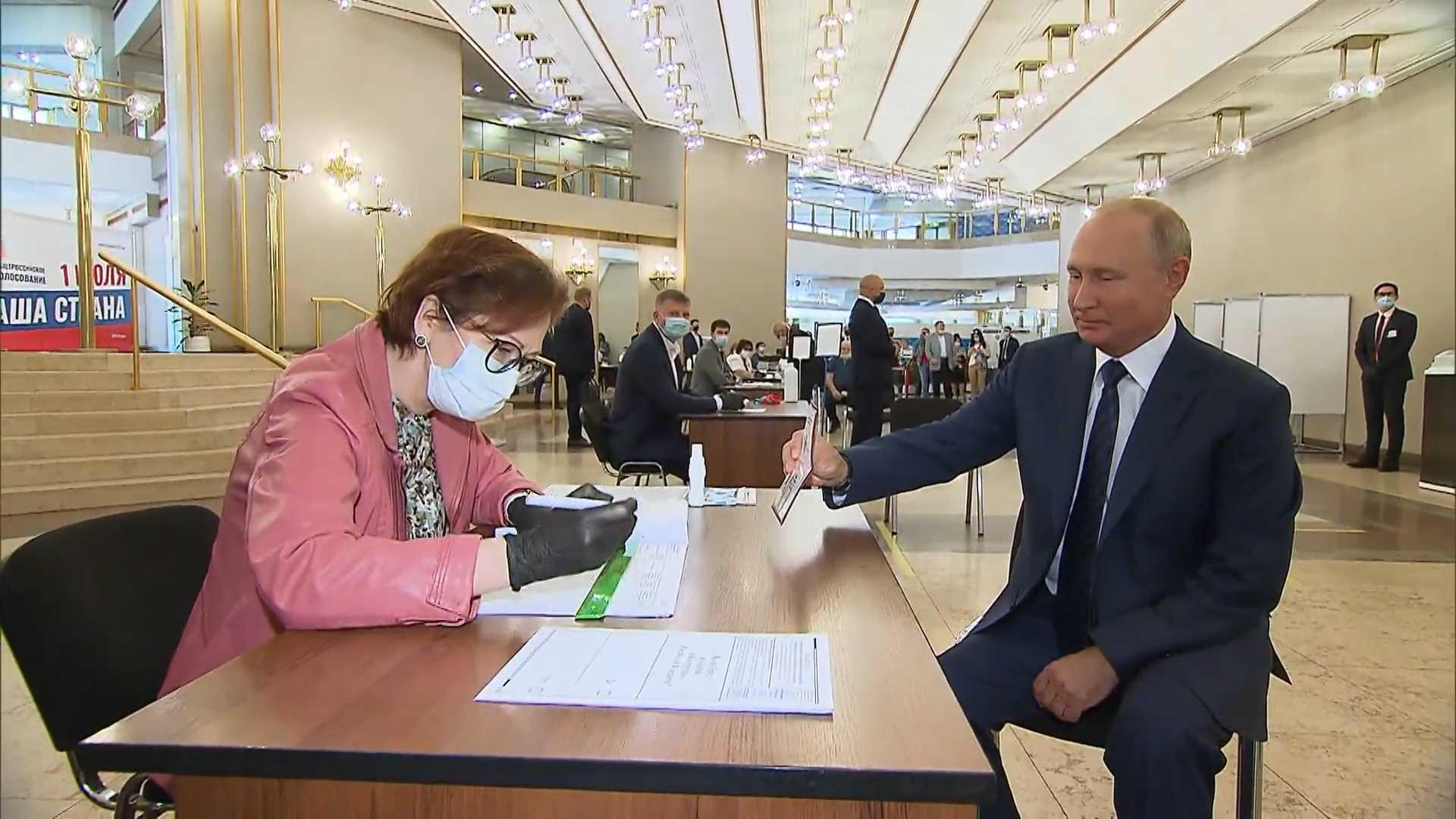 Непривитый В.В Путин голосует за обнуление себе сроков без маски. Никакой ответственности за нарушение коронавирусных ограничений В.В. Путин не понес/ Фото: nts-tv.com